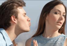 رجل يقبل امرأة بالقوة